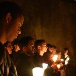 Jovens em noite de oração pelos Seminários
