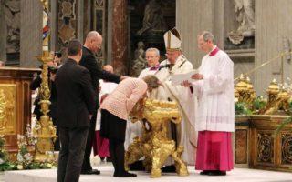 201504-Helena-Lobato_Papa-Francisco_batismo