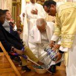 Ceia do Senhor: Bispo de Setúbal lavou os pés a crianças com deficiência, utentes da Associação Vale de Acór, moradores do Bairro do 2.º Torrão e catecúmenos