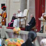 """A Palavra do Papa: o """"nós"""" do tamanho da humanidade, as esperanças partilhadas, os caminhos enganosos e o combate da oração"""